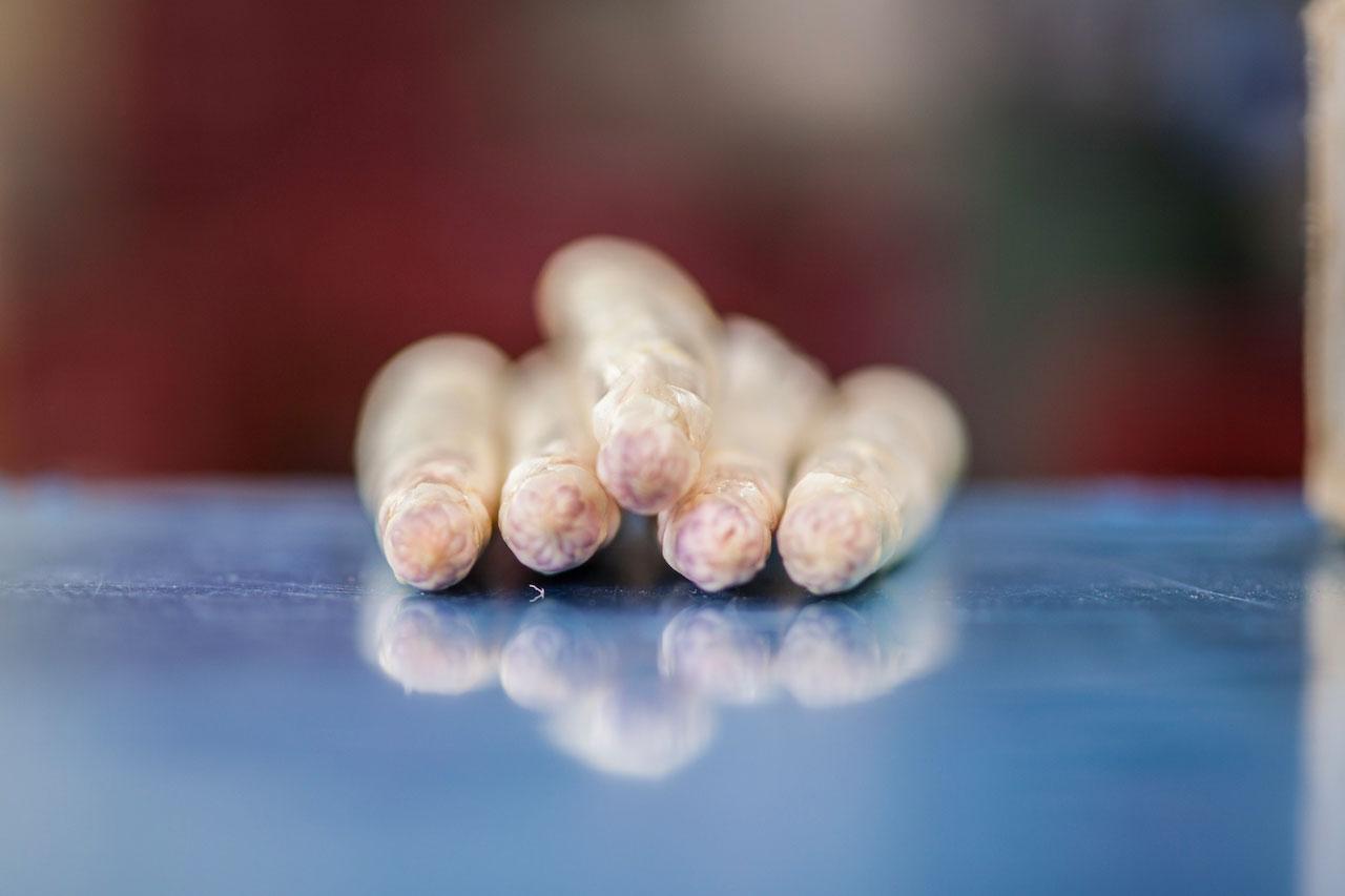 Des asperges délicieuses de la pointe au talon